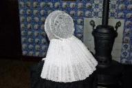 Dit is een sobere rouwmuts met een zwart ondermutsje, zonder kant. Deze muts werd gedragen zolang men in de rouw was (voor naaste familieleden 1 jaar en 6 weken, voor overige familie 6 weken, maar ook die rouwperiode was per dorp verschillend). Omgeving: De gehele Noord-West Veluwe.