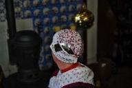 Veluwse tipmuts met zilveren oorijzer en gouden krullen. Als men in de rouw is draagt men een zwart mutsje, soms met een klein zwart bloemetje. Omgeving: Nunspeet, Hulshorst, Hierden.